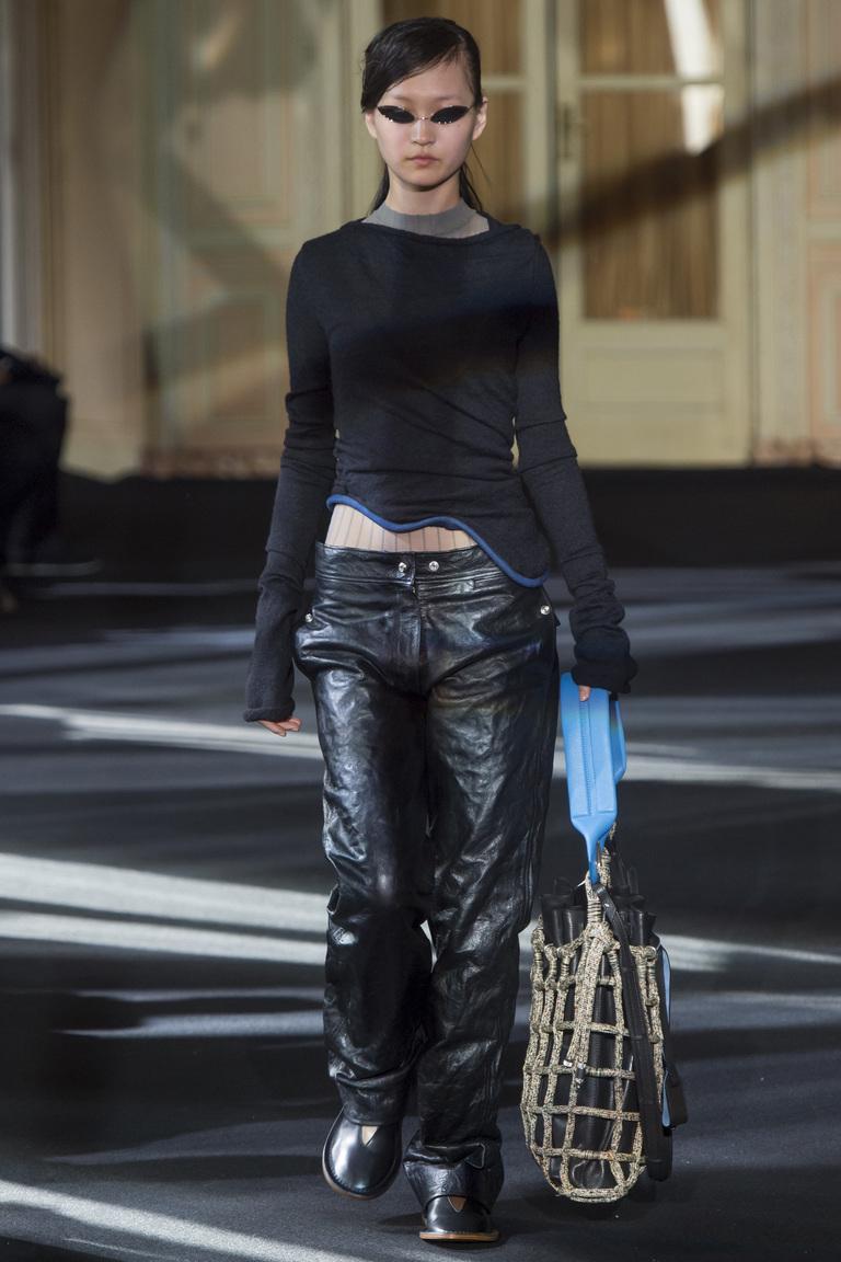 На фото: ультрамодная кожаная модель брюк в сезоне осень/зима 2016-2017 из коллекции Acne Studios.
