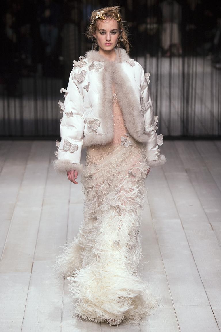 На фтоо: длинное элегантное платье из кожи сезон осень-зима 2016-2017 из коллекции Alexander McQueen.