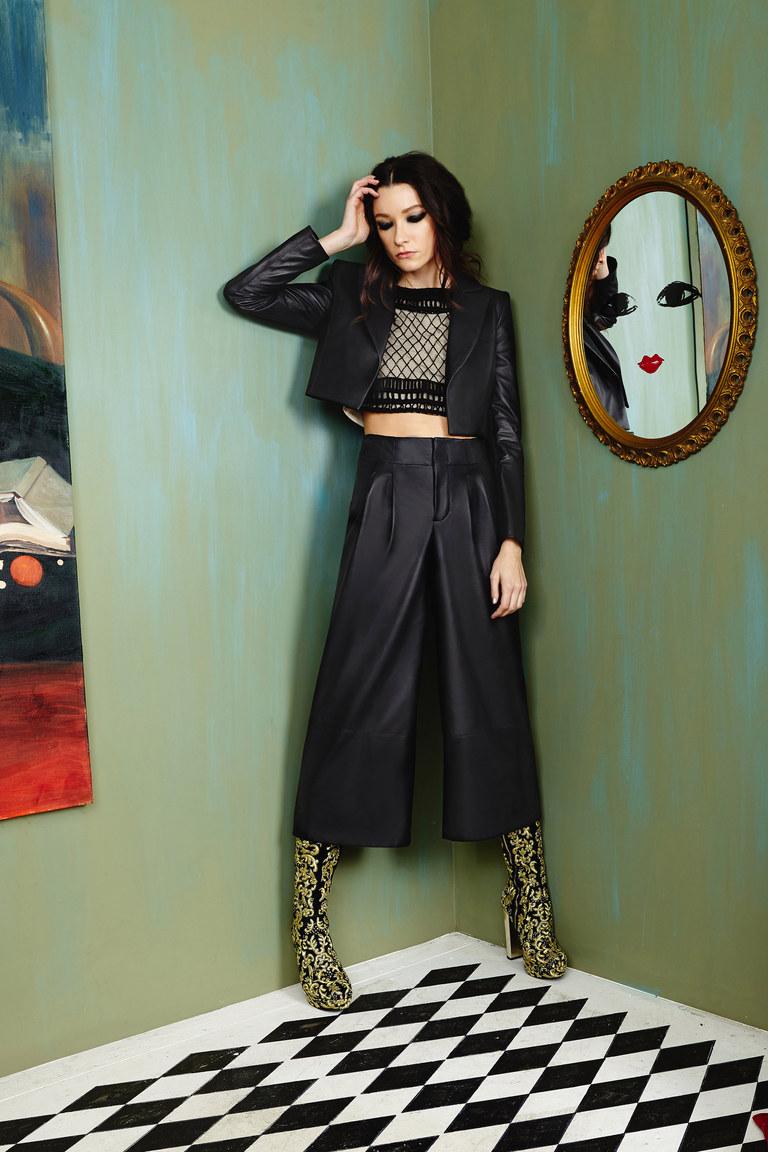 На фото: широкие классические брюки в сезоне осень/зима 2016-2017 из коллекции Alice+Olivia.