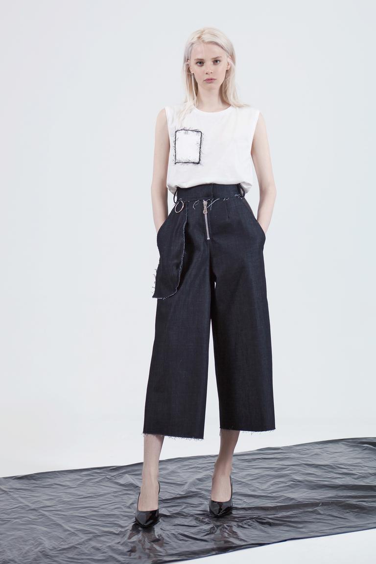 На фото: необычная модель модных брюкв сезоне осень/зима 2016-2017 из коллекции Alisa Kuzembaeva.