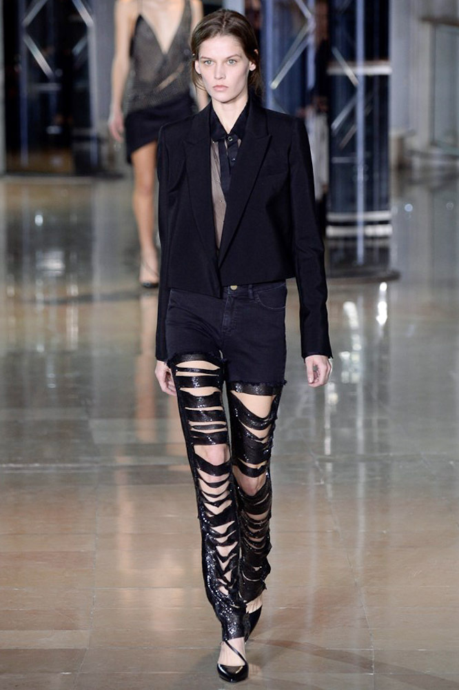 На фото: необычная модель модных брюкв сезоне осень/зима 2016-2017 из коллекцииAnthony Vaccarello.