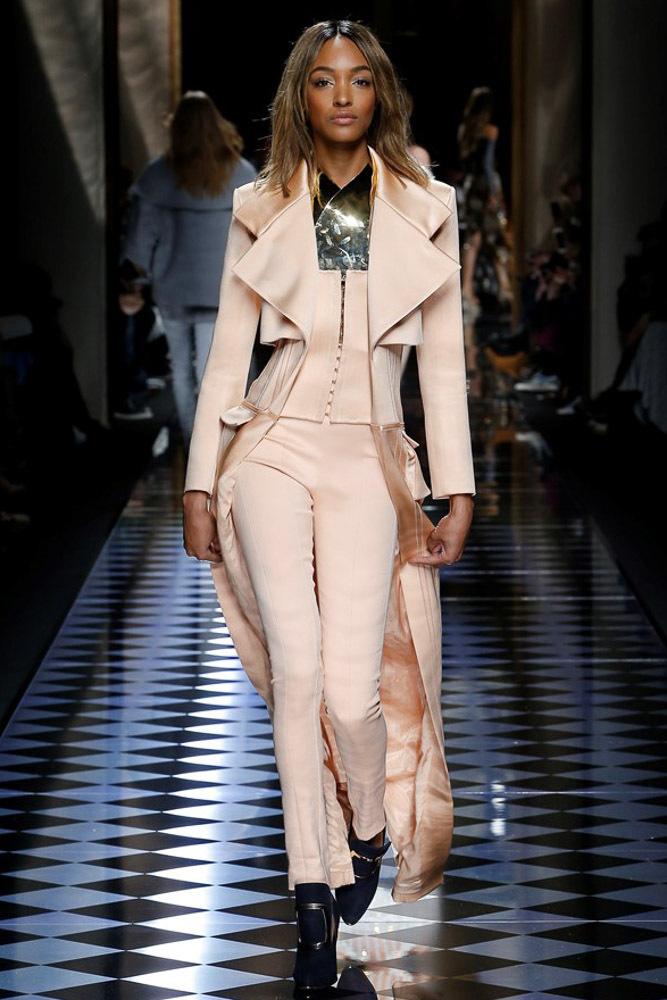 На фото: необычная модель модных брюкв сезоне осень/зима 2016-2017 из коллекции Giorgio Armani.