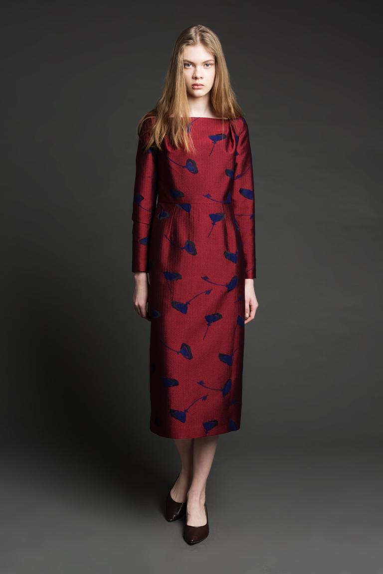 На фото: строгое и консервативное платье для вечера сезон осень 2016 и зима 2017 из коллекции Biryukov.