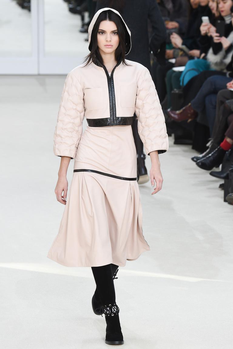 На фото: стеганые куртки из кожи сезона осень-зима 2016-2017 из коллекции Chanel.