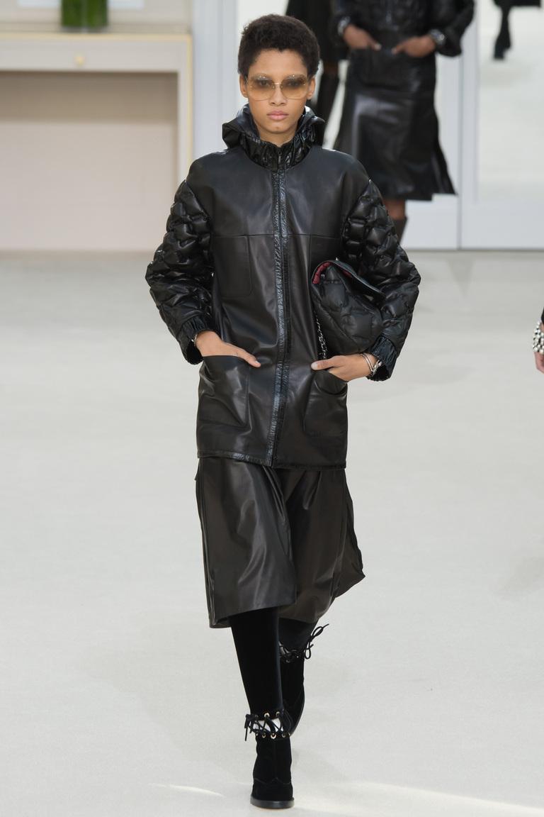 На фото: стеганая куртка из кожи сезона осень-зима 2016-2017 из коллекции Chanel.