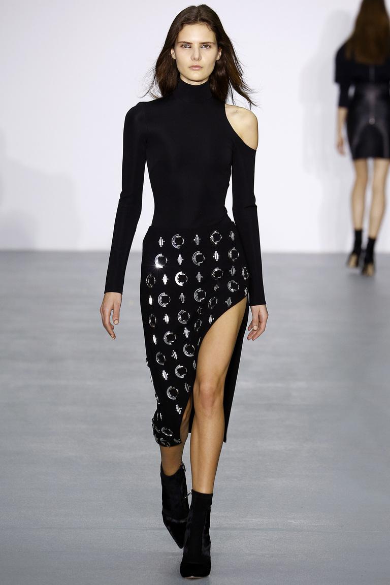 На фото: стильная юбка со смелым разрезомсезоне осень-зима 2016-2017 из коллекции David Koma.