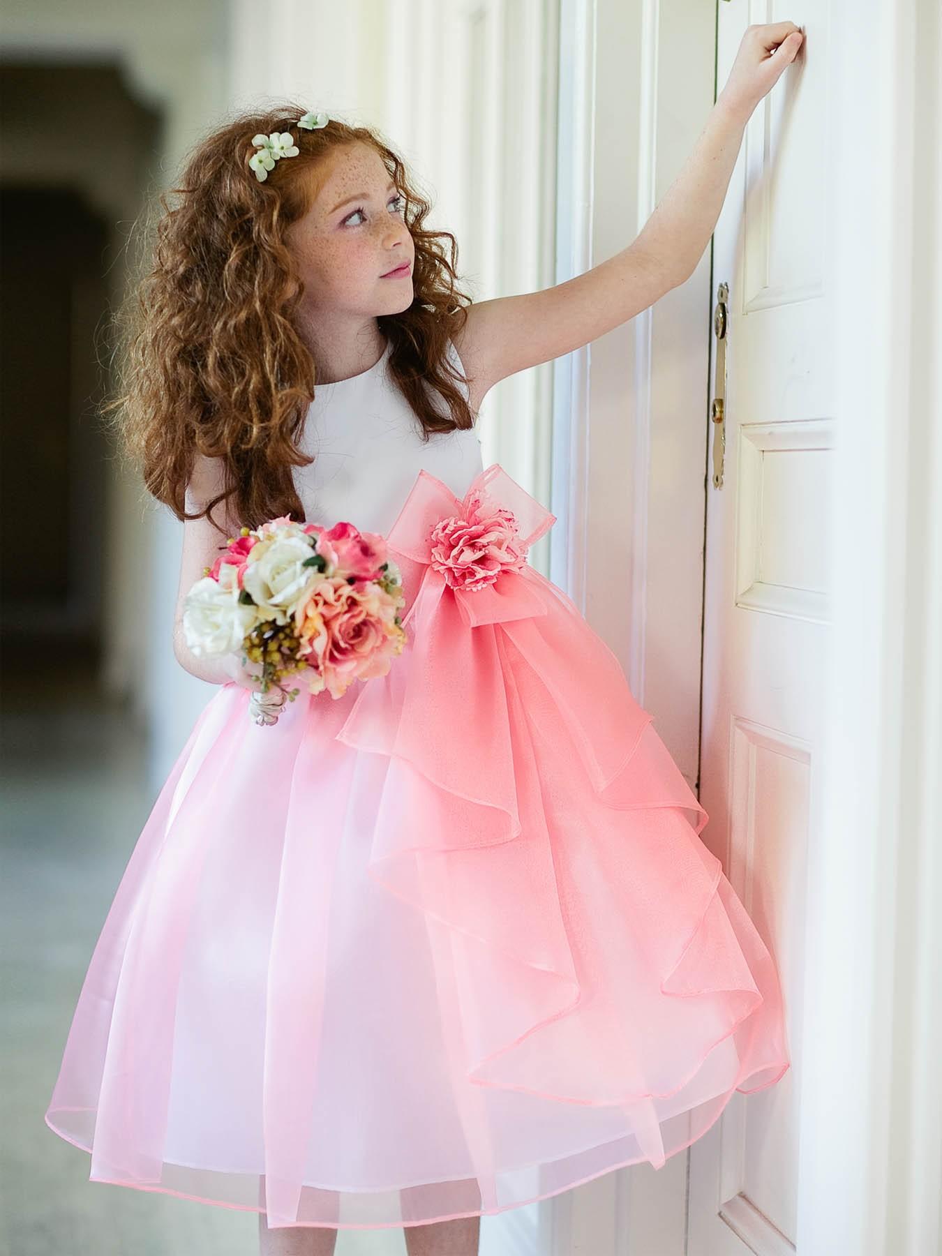 На фото: раздничная прическа для девочек с волосами средней длины, которые легко повторить.