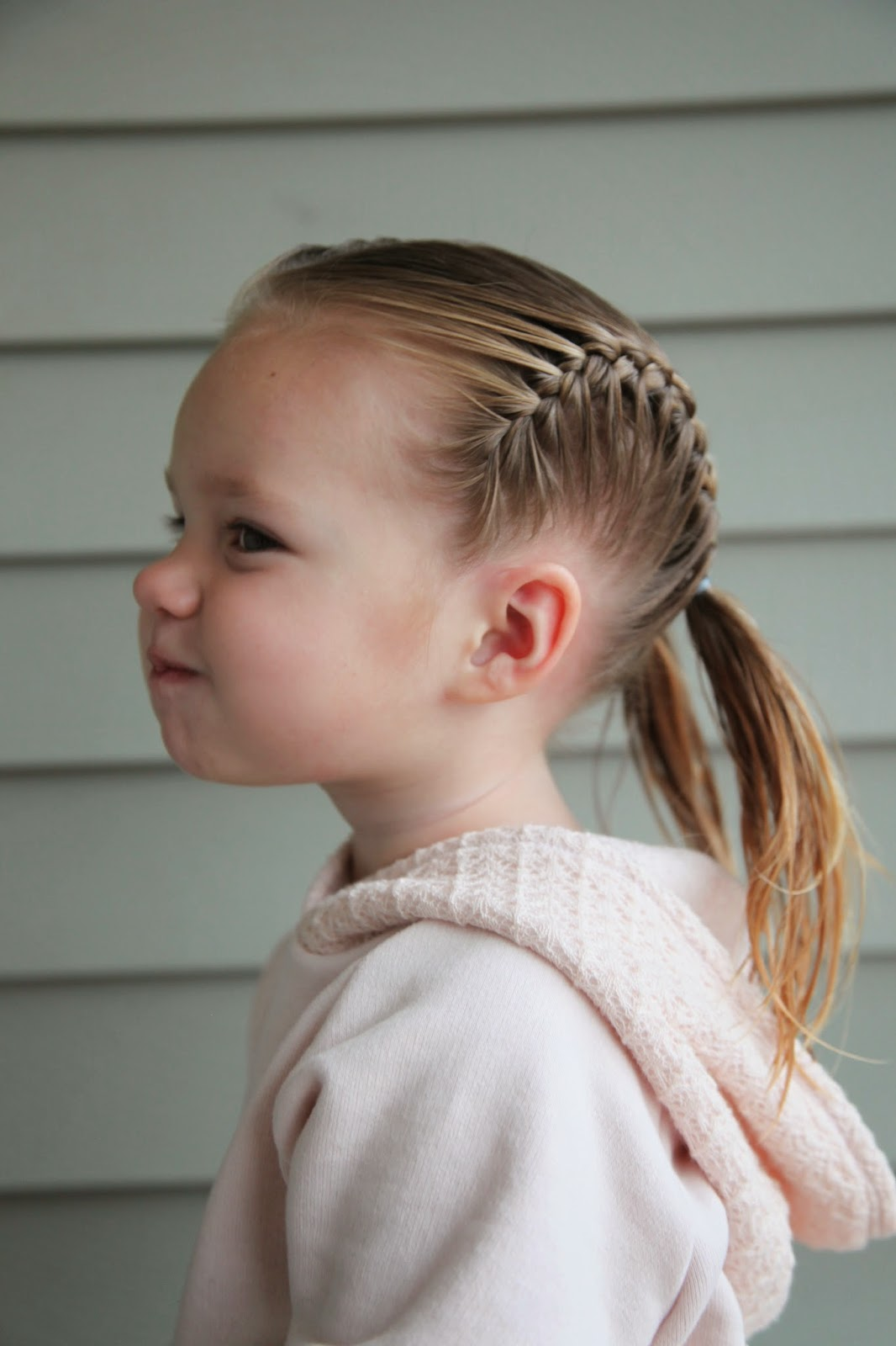 На фото: раздничная прическа для девочек с короткими волосами, которые легко повторить.