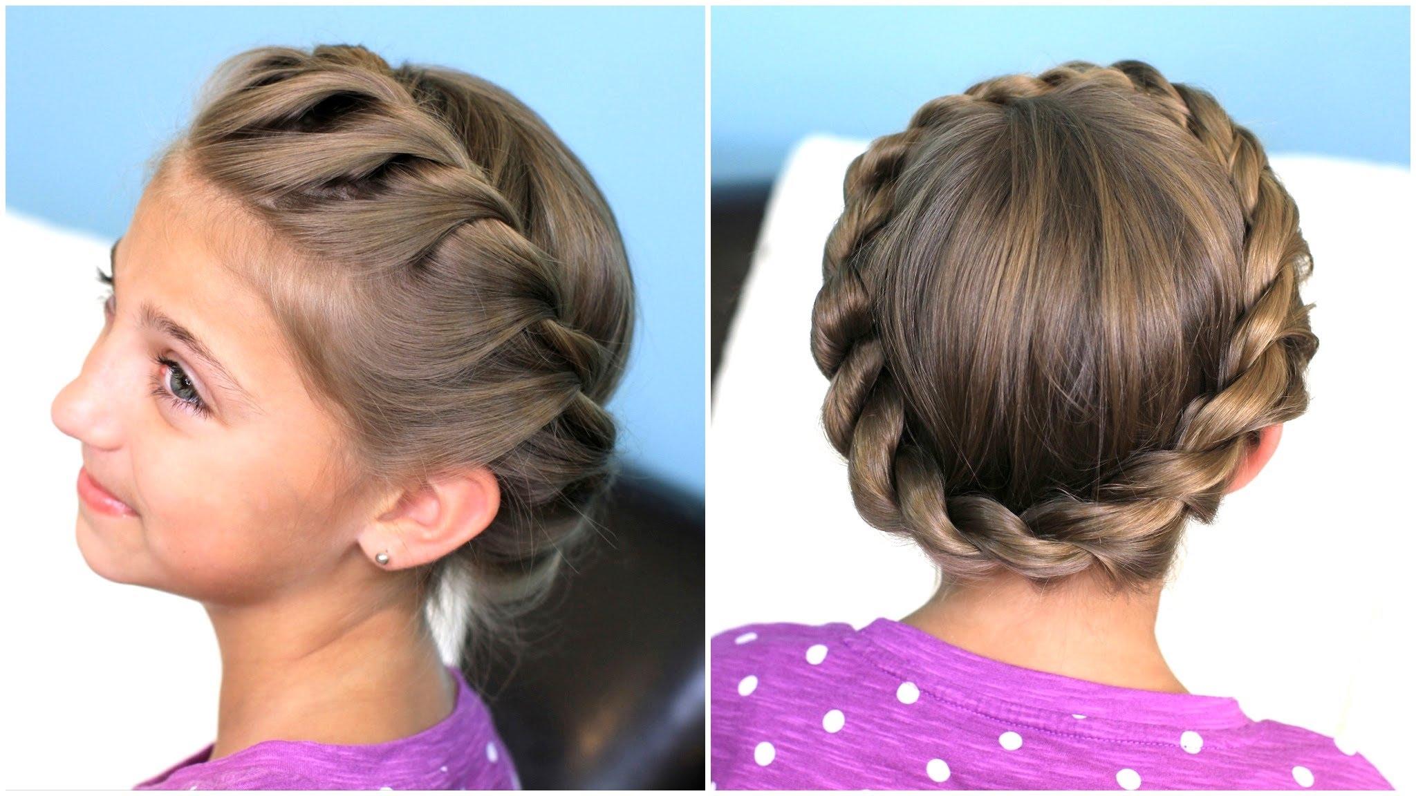 На фото: раздничная прическа для девочек на длинные волосы, которые легко повторить.