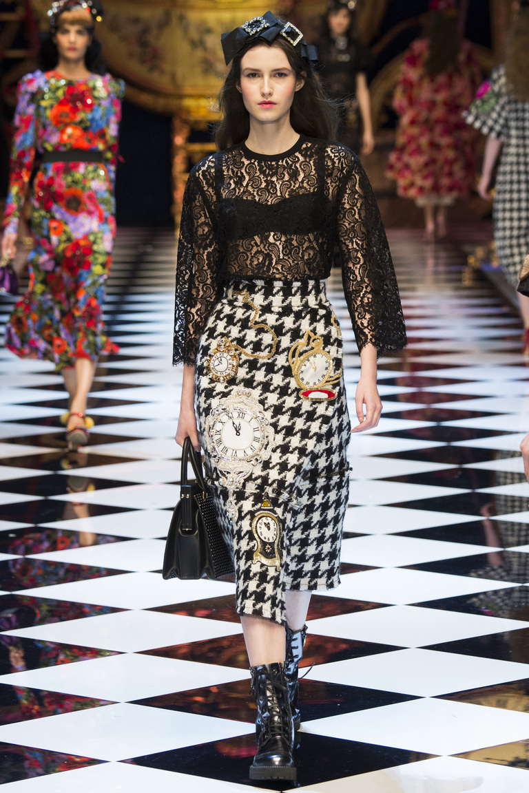 На фото: юбка-карандаш в сезоне осень-зима 2016-2017 из коллекции Dolce & Gabbana.