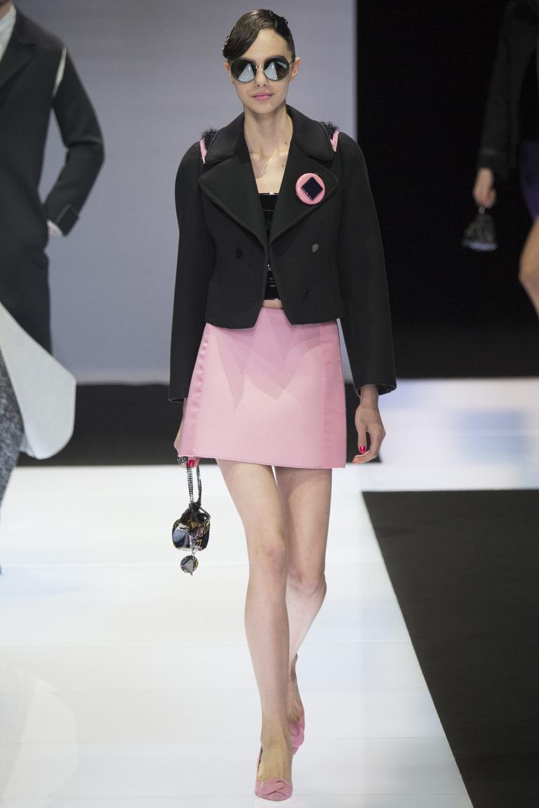 На фото: тренд осени и зимы 2016-2017: стильные юбки из кожи из коллекции Emporio Armani.