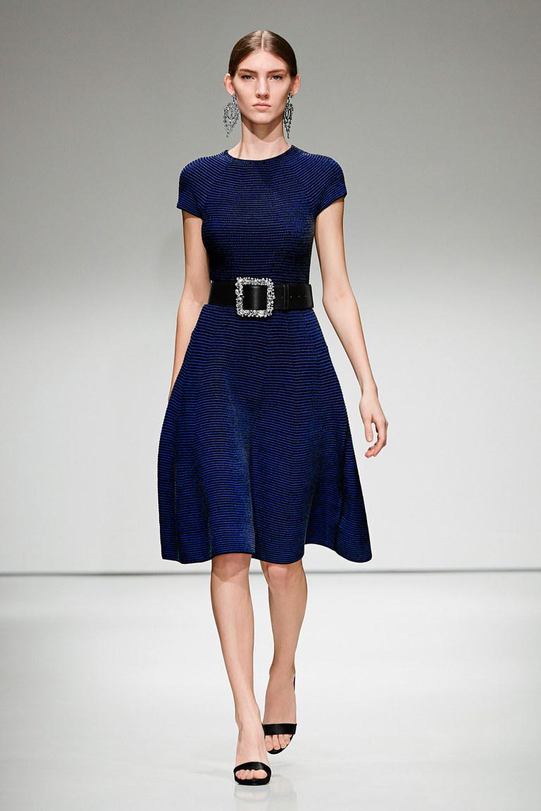 На фтоо: удлиненное повседневное платье осень 2016 и зима 2017 из коллекции Escada.