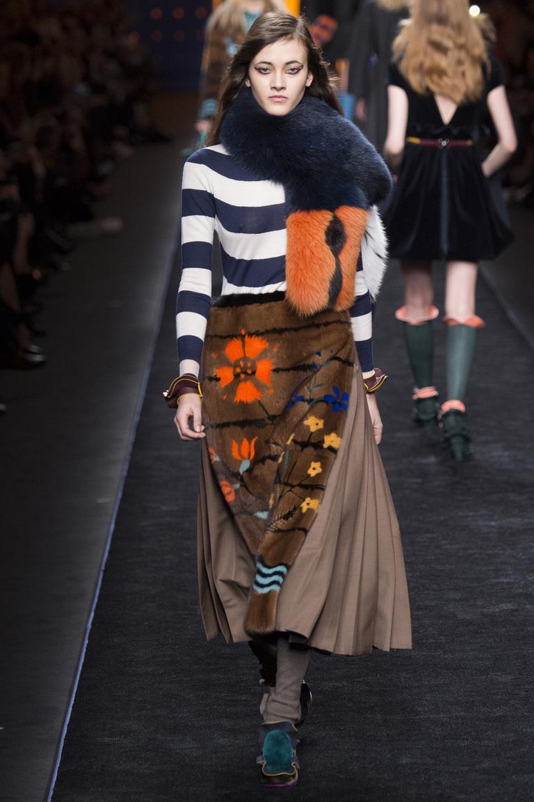 На фото: юбка, состоящие из слоев и оборокв сезоне осень-зима 2016-2017 из коллекции Fendi.
