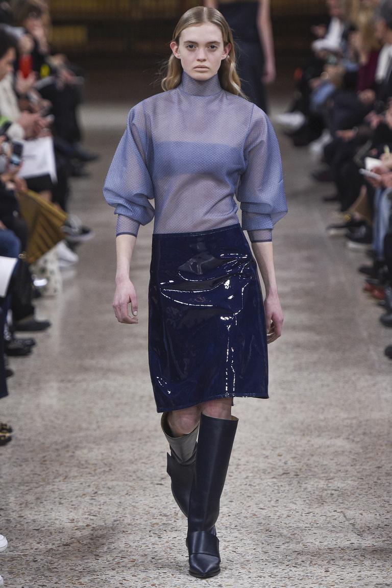 На фото: тренд осени и зимы 2016-2017: стильная юбка из кожи из коллекции Gabriele Colangelo.