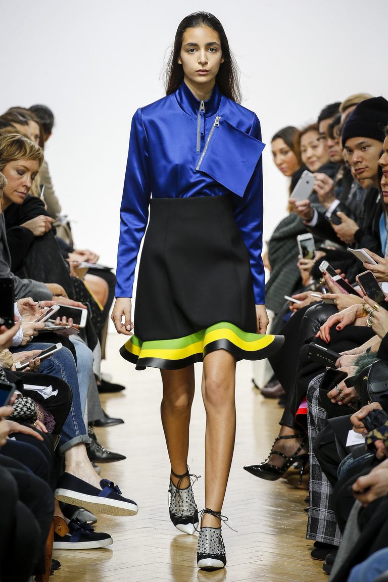 На фото: юбка, состоящие из слоев и оборокв сезоне осень-зима 2016-2017 из коллекции J.W. Anderson.