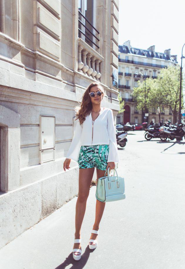 На фото: новый модный лук с шортами с тропическим принтом.