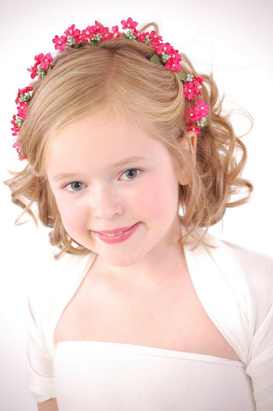 На фото: прическа для девочек на короткие волосы.