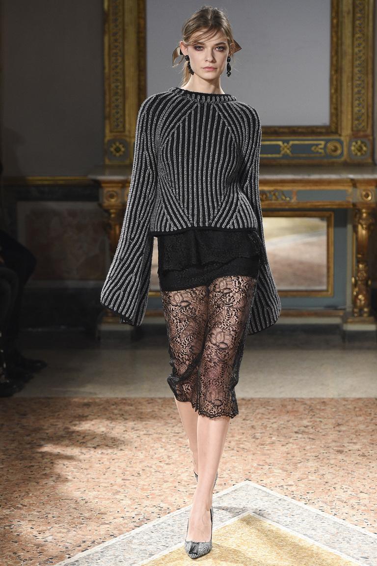 На фото: юбка-карандаш в сезоне осень-зима 2016-2017 из коллекции Les Copains.
