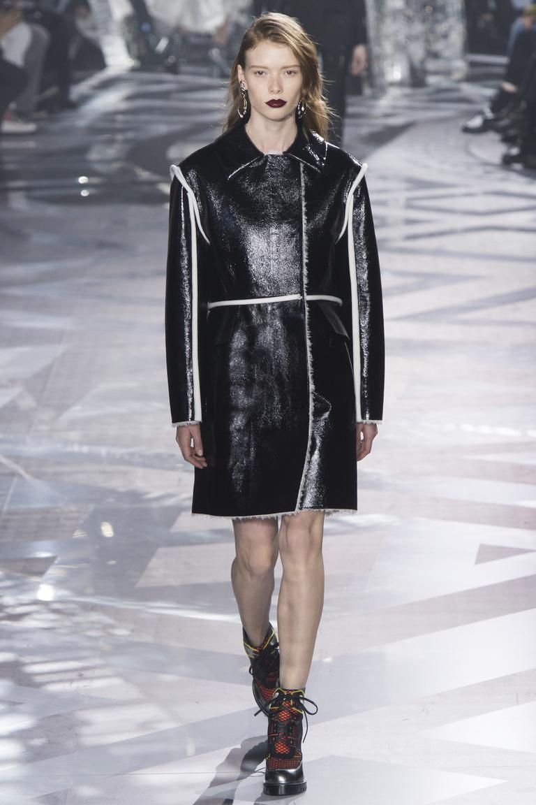 На фото: лакированная кожаная куртка сезона осень-зима 2016-2017 из коллекции Louis Vuitton.