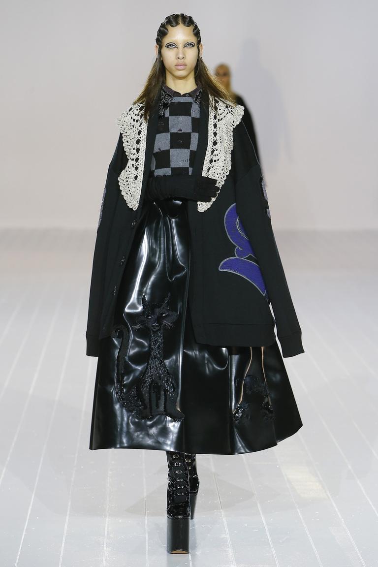 На фото: тренд осени и зимы 2016-2017: стильная юбка из кожи из коллекции Marc Jacobs.