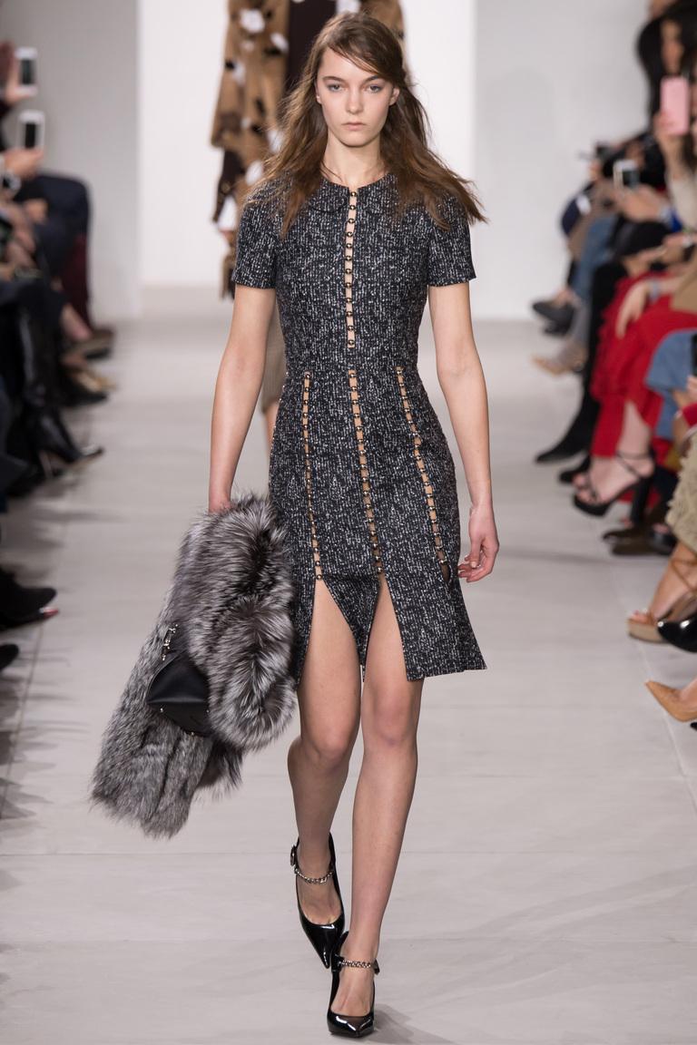 На фото: стильная юбка со смелым разрезомсезоне осень-зима 2016-2017 из коллекции Michael Kors Collection.