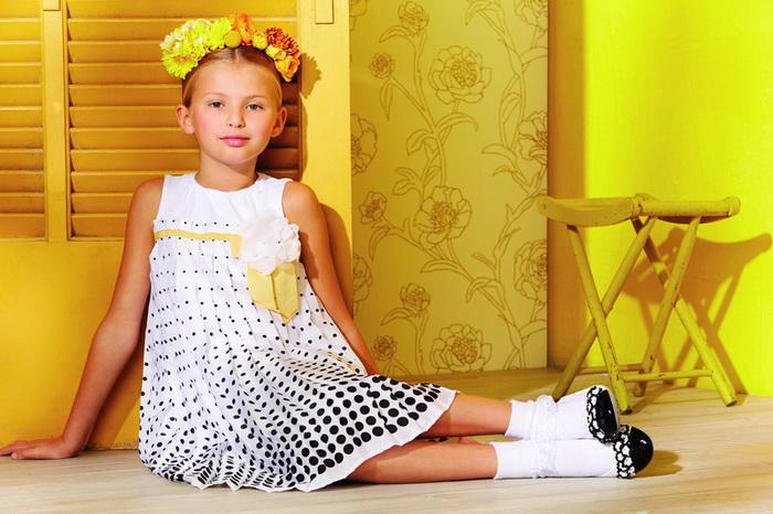 На фото: новая коллекция Monnalisa для девочек - белое платье с принтом.