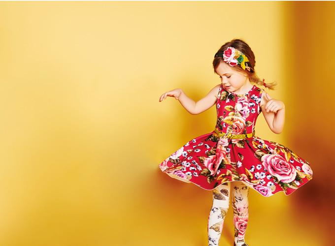 На фото: новая коллекция Monnalisa для девочек - платье с цветочным принтом.