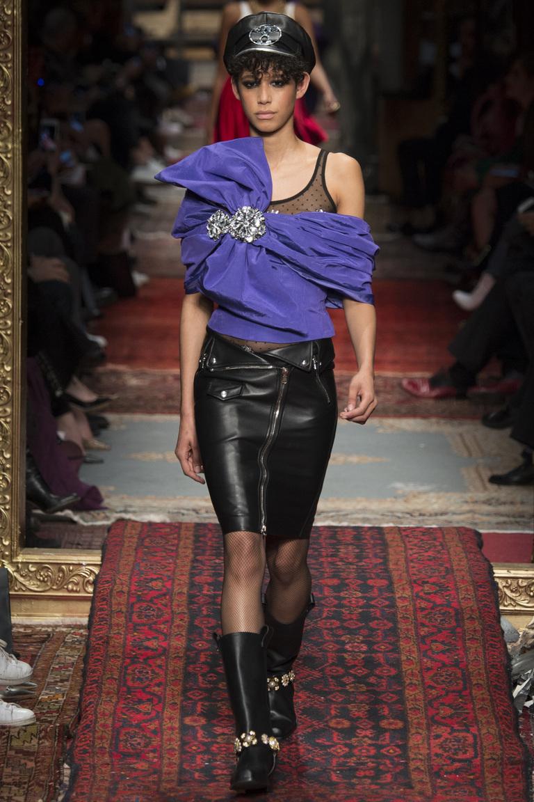 На фото: тренд осени и зимы 2016-2017: стильная юбка из кожи из коллекции Moschino.