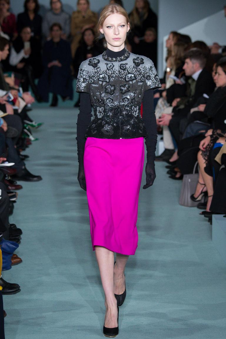 На фото: юбка-карандаш в сезоне осень-зима 2016-2017 из коллекции Oscar de la Renta.