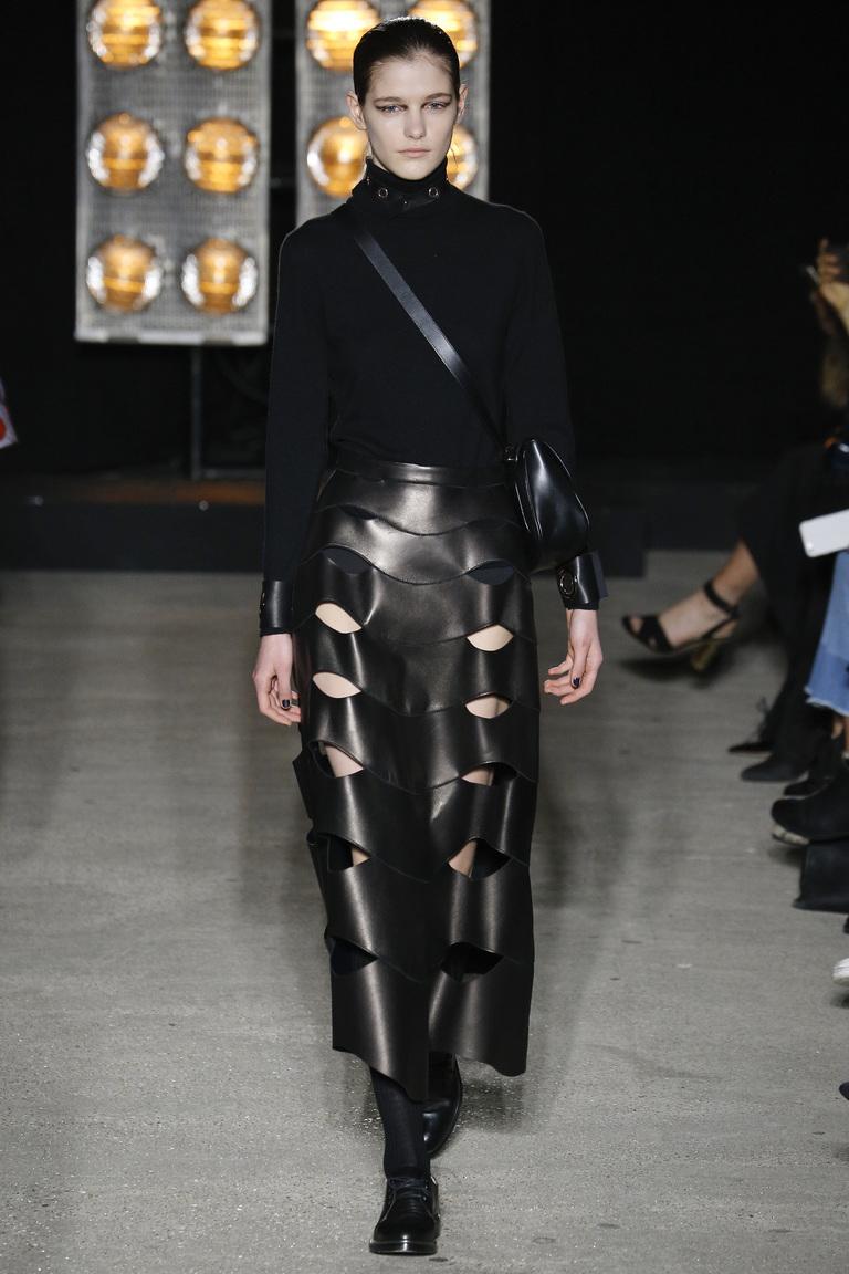 На фото: тренд осени и зимы 2016-2017: стильная юбка из кожи из коллекции Osman.