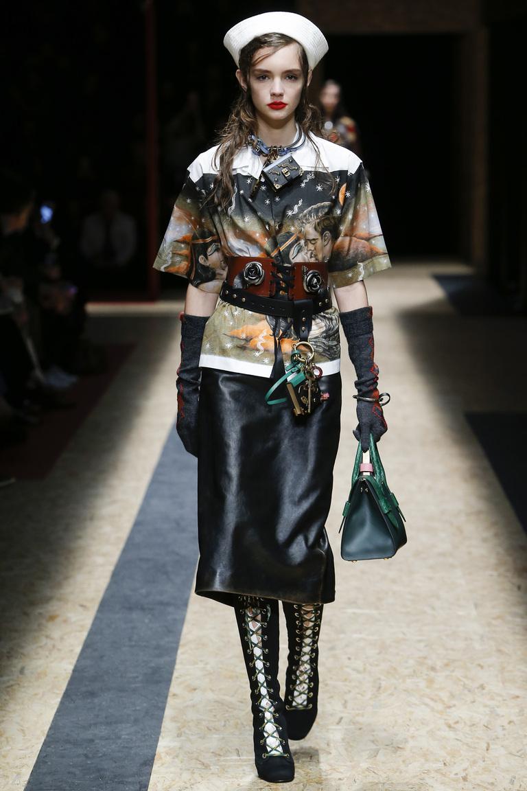 На фото: тренд осени и зимы 2016-2017: стильная юбка из кожи из коллекции Prada.