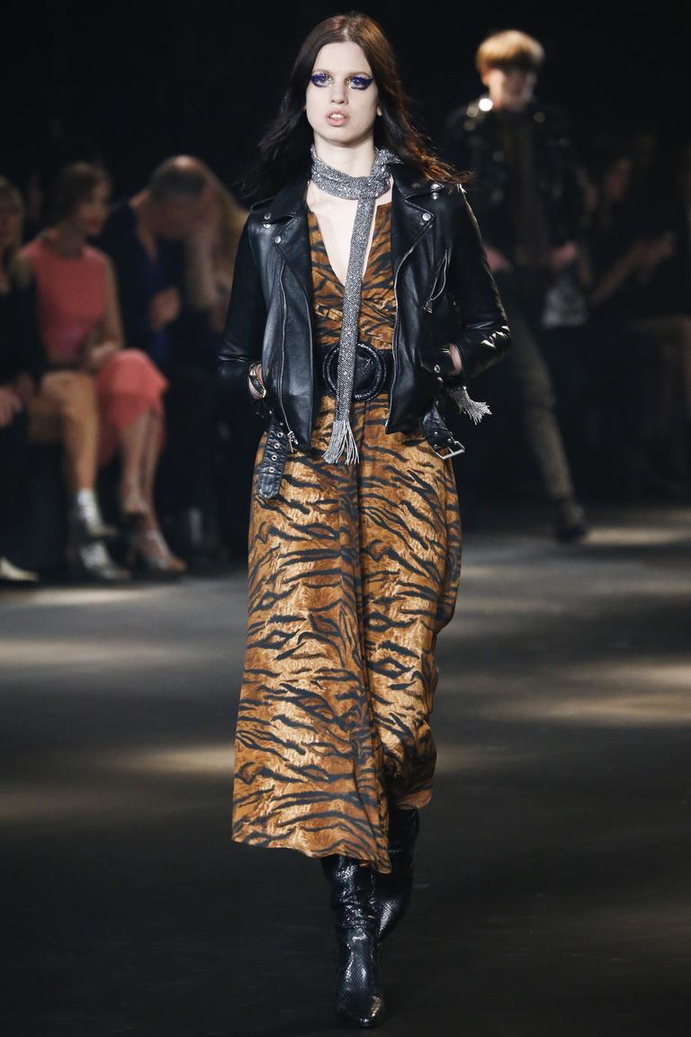 На фото: куртка бомбер из кожи сезона осень-зима 2016-2017 из коллекции Saint Laurent.