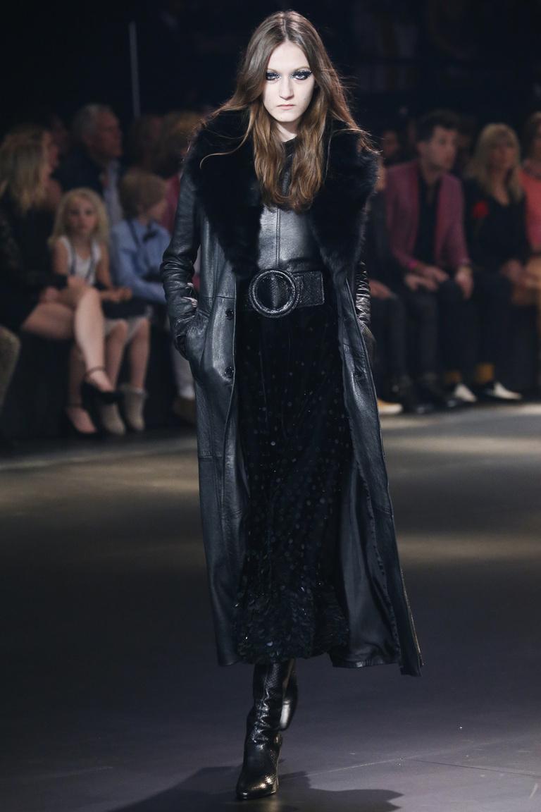 На фтоо: длинное элегантное платье из кожи сезон осень-зима 2016-2017 из коллекции Saint Laurent.