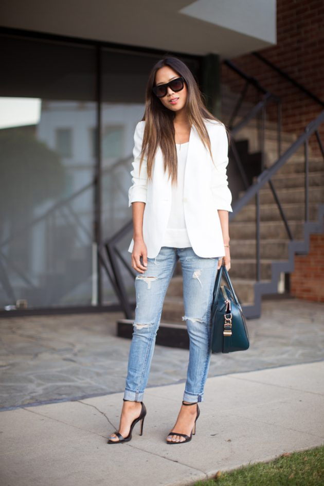 На фото: босоножки с ремешком на высоком каблуке с джинсами – тренд лета.