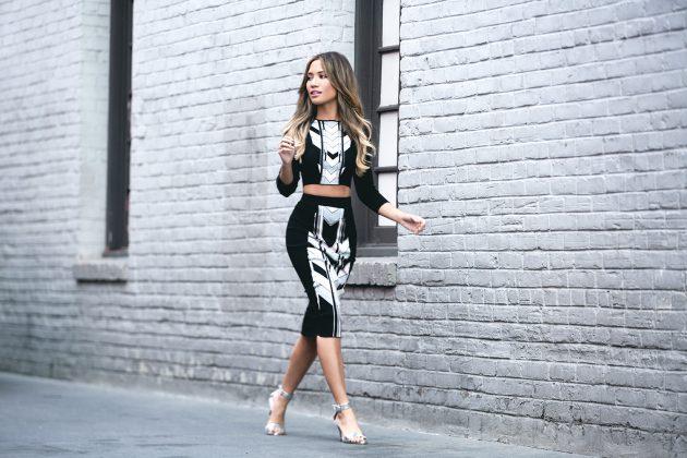На фото: босоножки с ремешком на высоком каблуке с платьем – тренд лета.
