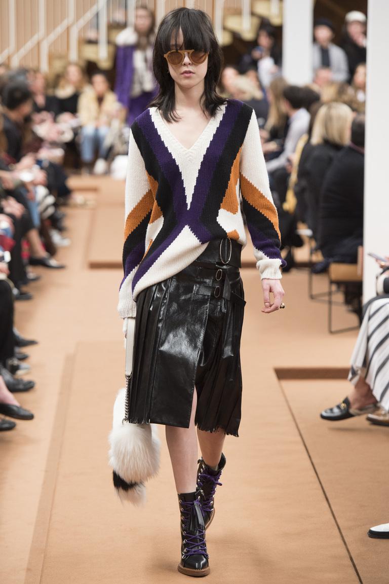 На фото: тренд осени и зимы 2016-2017: стильная юбка из кожи из коллекции Tod's.