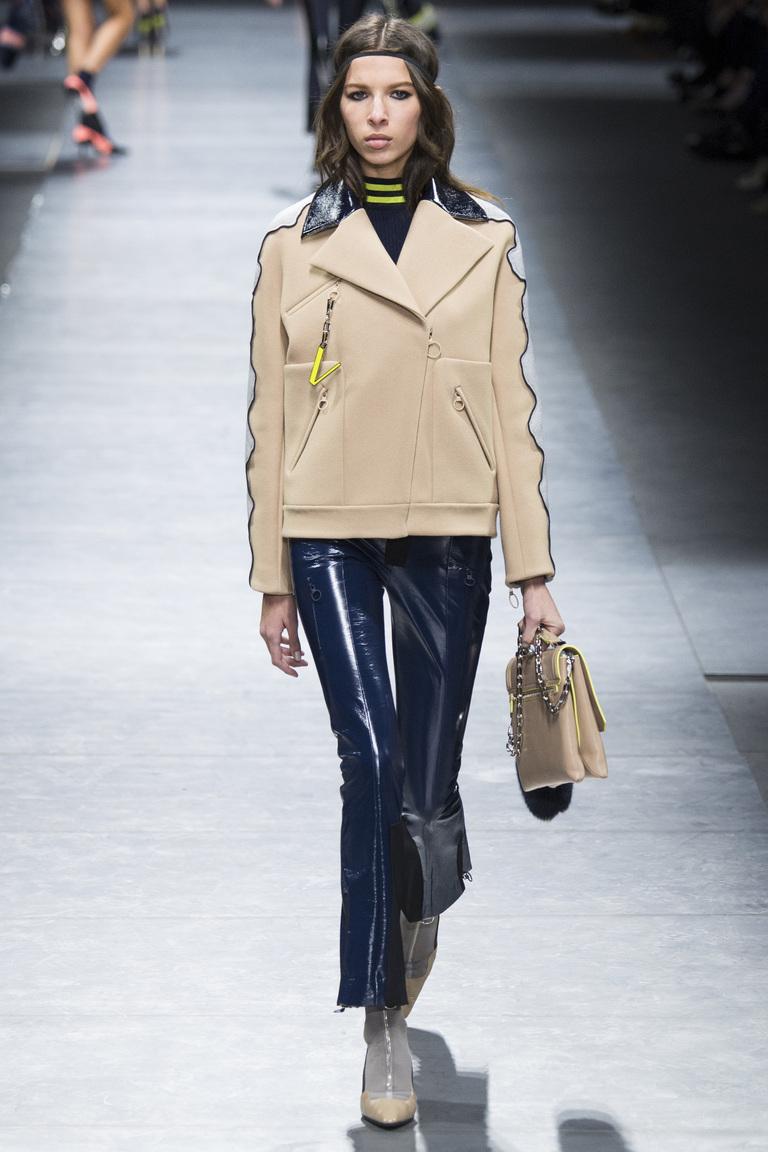 На фото: брюки клеш для холодного времени года в сезоне осень/зима 2016-2017 из коллекции Versace.