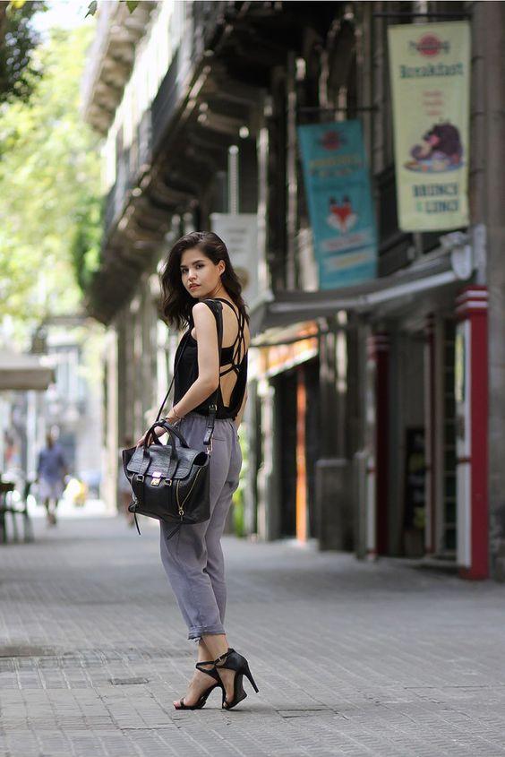 На фото: босоножки с ремешком на высоком каблуке – тренд лета.