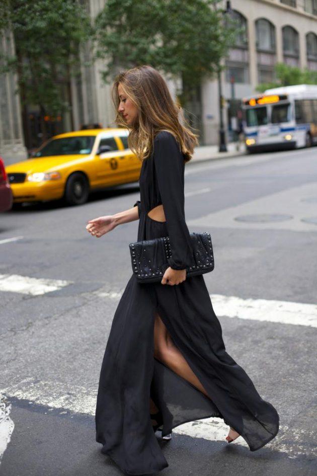 На фото: длинное черное платье с вырезом по бокам и глубоким декольте - тренд сезона.