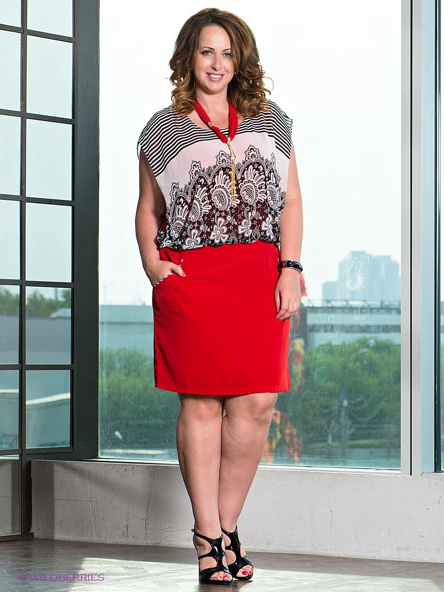 На фото: стиль кэжуал для полных женщин - легкая туника с принтом с красной юбкой.