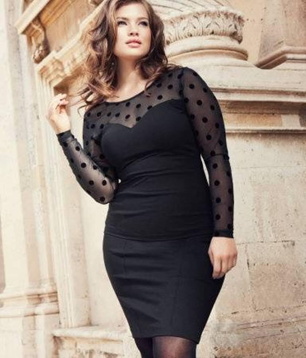 На фото: одежда для полных - чёрное платье-футляр.