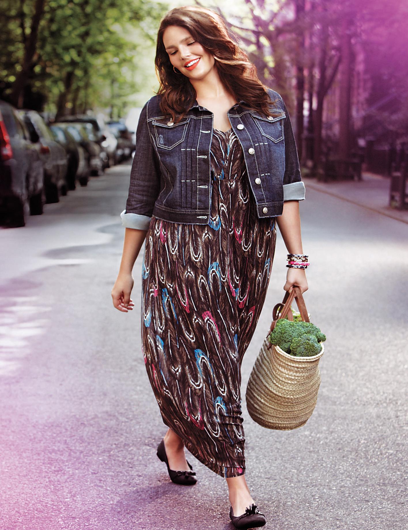 На фото: одежда для полных женщин: платье длинй миди с джинсовым укороченным пиджаком.