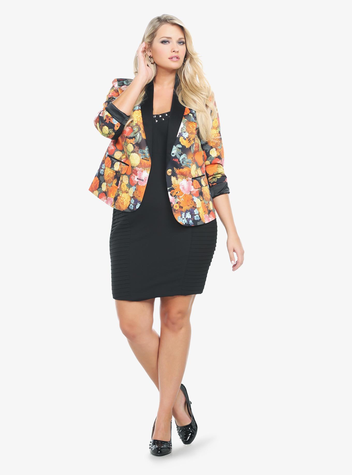 На фото: одежда для полных женщин: пиджак до середины бёдер с юбкой-карандаш.