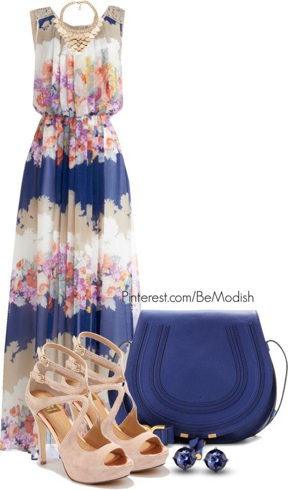 На фото: новый лук с длинным платьем с цветочным принтом и синей сумкой.