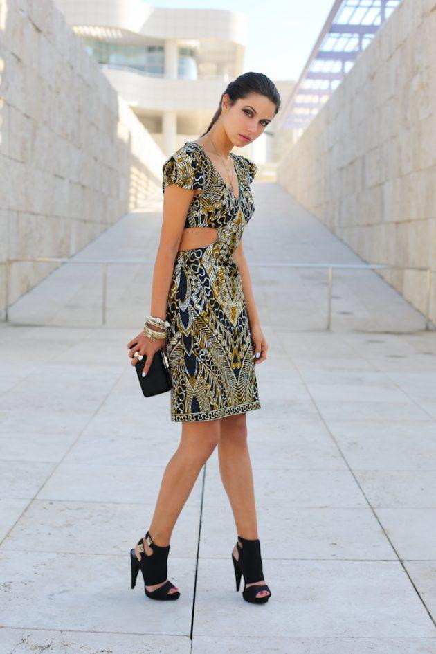 На фото: платье с принтом с вырезом на талии - тренд сезона.