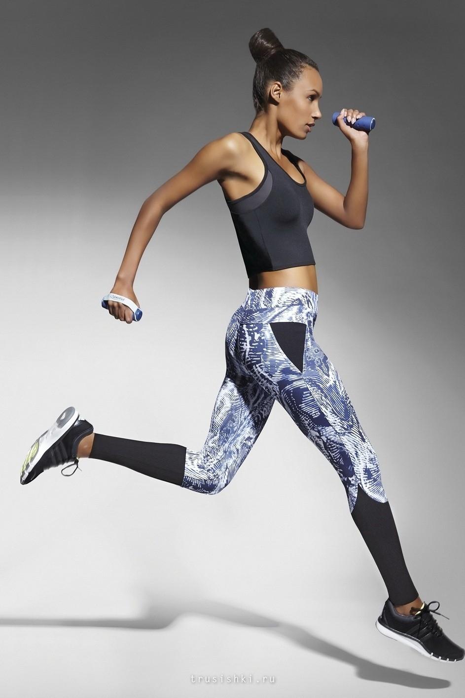На фото:. спортивная одежда для фитнеса должна хорошо облегать.