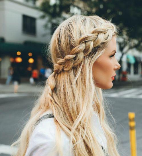 На фото: прическа с косами вокруг головы.
