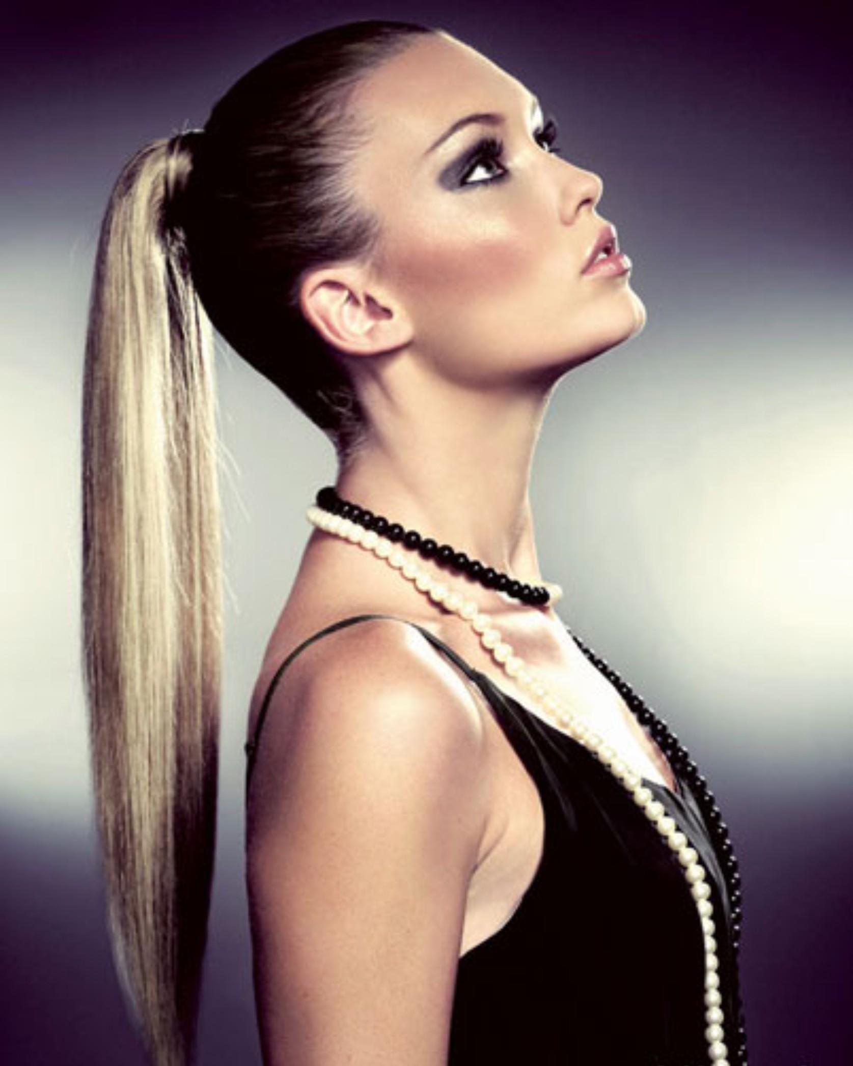 На фото: красивые прически на длинные волосы - прическа в виде элегантной ракушки.