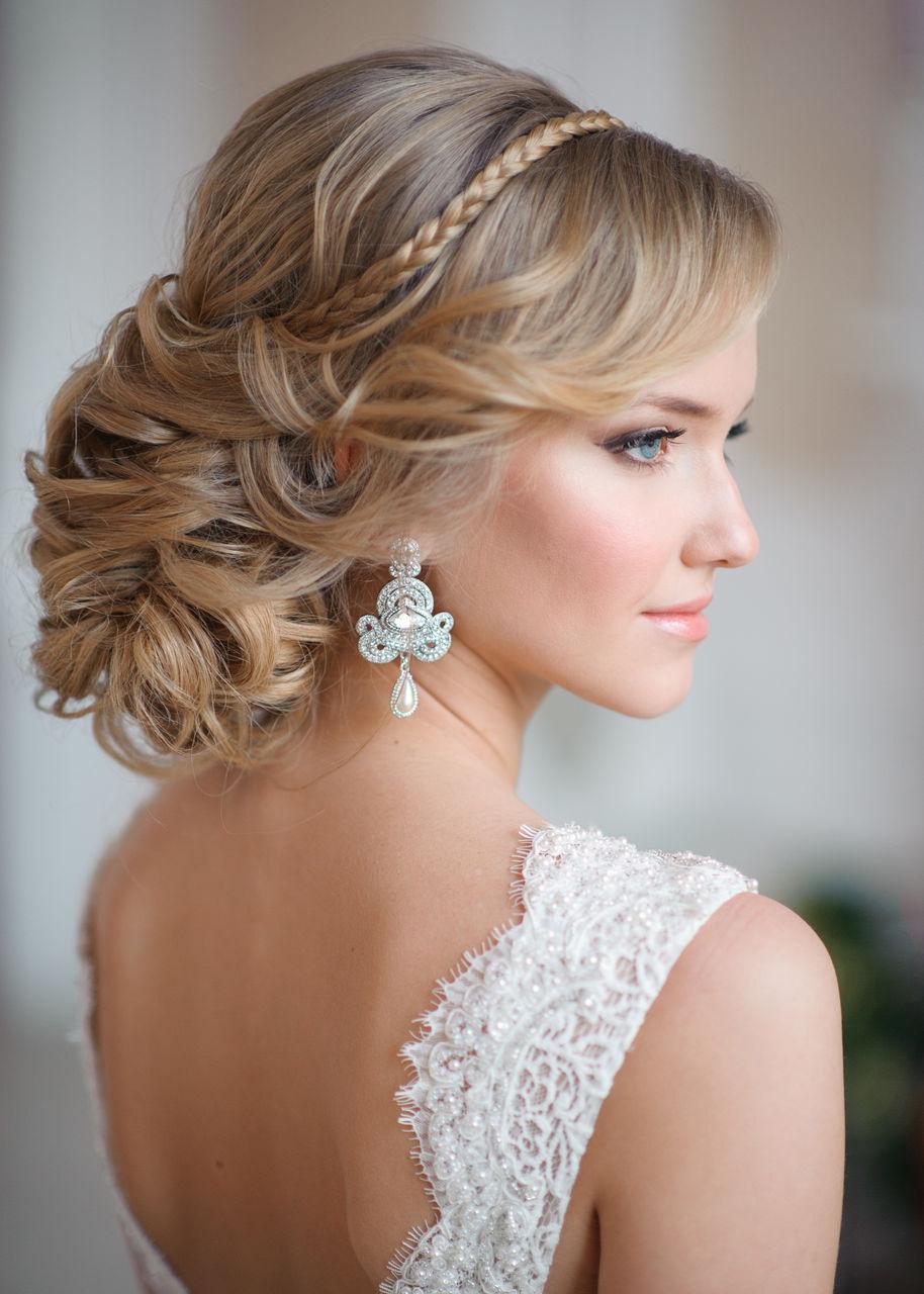 На фото: красивые прически на длинные волосы - прическа в виде пучка.