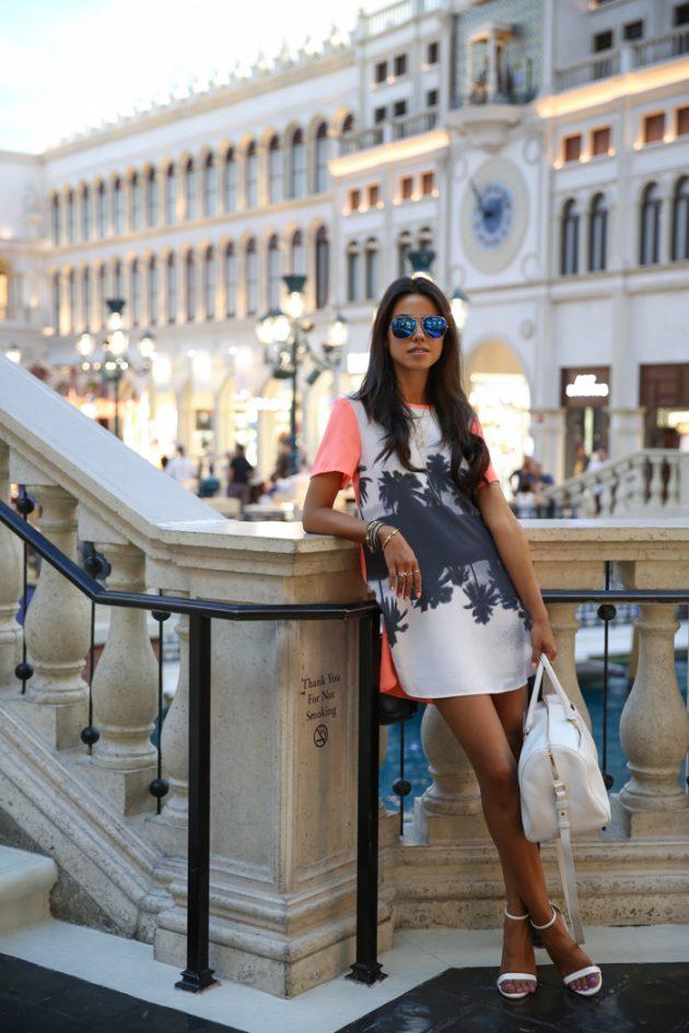На фото: новый модный лук - юбка с тропическим принтом.